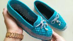 Örgü patik babet yapımı / Keçe üzerine patik yapımı / … – Fashion Trends 2020 Modadiaria 每日时尚趋势 2020 时尚 Felt Booties, Baby Booties, Crochet Shoes, Crochet Slippers, Booties Crochet, Knitting Designs, Knitting Patterns, Diamond Shoes, Batik