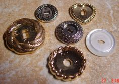 For fairy gardens - buttons make great mini plates, bases, picture frames, and mirrors to name a few. Dollhouse Tutorials, Diy Dollhouse, Dollhouse Miniatures, Miniature Tutorials, Miniature Crafts, Miniature Fairy Gardens, Miniature Dolls, Fairy Furniture, Doll Furniture