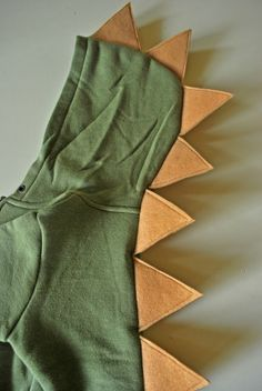Just Another Day in Paradise: Project Handmade Christmas Presents: Hoodie-a-saurus. SO easy and fun! Animal Costumes, Diy Costumes, Sewing For Kids, Diy For Kids, Diy Dinosaur Costume, Dinosaur Halloween, Dinosaur Outfit, Diy Projects Handmade, Handmade Christmas Presents