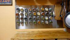 Ou você pode colocar os temperos com ímã em um painel magnético. Também fica lindo! Foto: The Kitchen