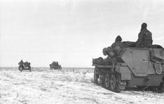 """1942 - Sowjetunion, Süd.- Don/Stalingrad.- Soldaten in leichtem Schützenpanzer (Sd.Kfz. 250), Motorräder mit Beiwagen in Fahrt über verschneites Feld während der Operation """"Wintergewitter"""""""