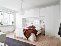 white built-in wardrobe / stadshem (via Bloglovin.com )