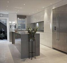 A decoração clean deixa a cozinha bem contemporânea e a bancada no centro ajuda na divisão entre os espaços. -Contemporary kitchen- waterfall island counter Modern: