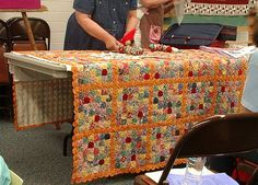 >Yoyos (class at Quilt Fair) – Sunshine's Creations Quilting Projects, Quilting Designs, Sewing Projects, Backing A Quilt, Quilt Blocks, Yo Yo Quilt, Sewing Circles, Quilt As You Go, Quilt Top
