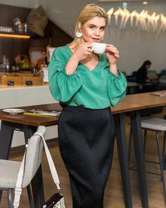 A : This breezy silk blouse is exactly what you need for warm days of the late summer in the office. Combine the billowy top best with a pair of narrow fit trousers or a pencil skirt for a look that is both elegant and modern. Blouse Patterns, Blouse Designs, Burda Patterns, Plus Size Blouses, Plus Size Dresses, Curvy Fashion, Plus Size Fashion, Plus Size Patterns, Blouse Styles