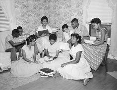 新たに人種融合教育が進められた高校から締め出されて自主勉強会を開く9人の生徒