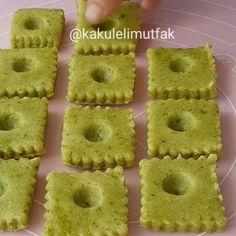 Hayırlı geceler😊 Şahane bir tatlı tarifim var😉 Görüntüsü, lezzeti harika😍 En önemlisi cok pratik😄 Pastanede bile böyle lezzetlisi yok🙊 Öyle kiloyla fıstık kullanmaya da gerek yok, 3-4 kasik fıstik yeter👌 Hatta isterseniz fistık eklemeden.klasik sekerpare gibi de yapabilirsiniz. Kesinlikle harika oluyor😍 Bir ❤ bırakirsıniz heralde😄 Fıstıklı Kare Sekerpare ●250 gr yumusak tereyağı ●1 cay bardağı pudra sekeri ●1 cay bardağı irmik ●2 yumurta ●1 cay kasigı karbonat veya kabartma tozu…