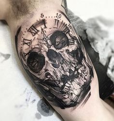 Skull & clock face on guy's bicep, by Fredão Oliveira.
