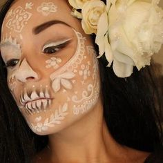 Beautiful sugar skull makeup, ethereal Dia de los Muertos make-up idea, I need to remind this for next Halloween! Halloween Chic, Looks Halloween, Halloween Face Makeup, Halloween Costumes, Scary Halloween, Fx Makeup, Skull Makeup, Sugar Skull Make Up, Sugar Skulls