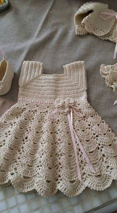 Lindos modelos de vestidos de crochê para bebê Baby Girl Crochet Blanket, Crochet Baby Dress Pattern, Crochet Girls, Crochet Baby Clothes, Crochet For Kids, Baby Knitting Patterns, Baby Patterns, Free Crochet, Knit Crochet