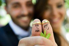 Ehepaar zeeigt Daumen mit aufgesteckem Ehering und Smileys.