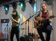 Kristiina Brask Jiipeenetin nuorten reportterien haastateltavana Concert, Top, Concerts, Crop Shirt, Shirts