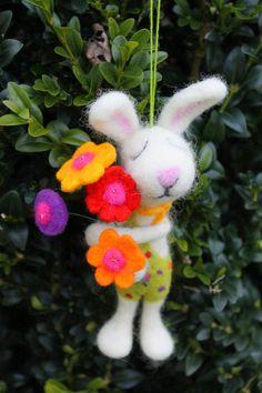 *Frühlingshase Ludwig überbringt nen Frühlingsgruß* Nassgefilzter Hase mit Blumenstrauss. Vier Blumen in den Farben: ROT,GELB,LILA,ORANGE Gefilzt mit Herz und Hand ...
