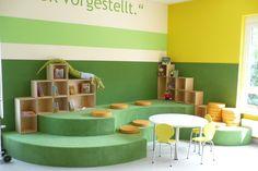 Kleine tafels en stoelen voor de kleine bibliotheek gebruiker