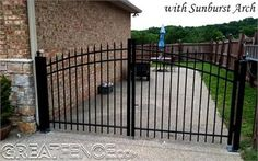 Metal driveway : spikes top and bottom Metal Driveway Gates, Old Gates, Aluminium Gates, Fencing, Spikes, Metal Working, Arch, Electric, Outdoors