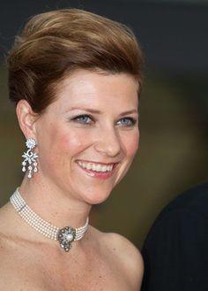 Collier ras de cou en perles et boucles d'oreilles en diamants pour la princesse Martha Louise de Norvège, fille du roi Harald et de la reine Sonja.