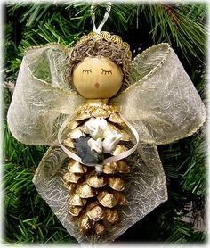 There are easy to make Christmas tree ornaments that even young children can create. Pinecone ornaments are the perfect holiday kids' craft. Pinecone Ornaments, Christmas Ornaments To Make, Homemade Christmas, Christmas Angels, Rustic Christmas, Winter Christmas, Pinecone Christmas Crafts, Primitive Christmas, Christmas Christmas