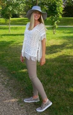 Why are skinny jeans so hot? Reason being, they are comfortable, they can wear in every occasion, they look hot and they look cool too. Older Women Fashion, Fashion Over 50, Women's Fashion Dresses, Boho Fashion, Womens Clothing Stores, Clothes For Women, Moda Boho, Grey Skinny Jeans, Womens Fashion Sneakers