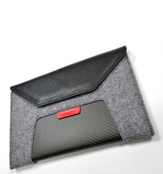 Tablet Case GTR / The GTR Case is designed to perfectly contain an I Pad Air 1 and 2. The high thickness of the wool felt lining ensure an high protection to bump and scratches to the tablet #carbonfiber #woolfelt #leather