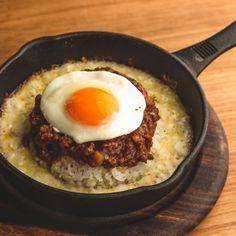 モンスーンカフェこだわりのモッツァレラキーマカレー! 熱々の鉄板に まろやかとろけるモッツァレラチーズ、とろ〜っとした半熟目玉焼き、スパイスのきいたキーマカレー。 スパイシーなキーマカレーでこれからの季節、体もポカポカに。 テイクアウトして、ご自宅やオフィスで召し上がって頂くことも出来ます! Asian, Breakfast, Ethnic Recipes, Food, Morning Coffee, Essen, Meals, Yemek, Eten