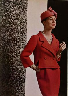 1957 Model in classic elegant suit in red basket-weave wool by Balenciaga, photo by Philippe Pottier vintage fashion Moda Vintage, Vintage Mode, Vintage Ladies, Fifties Fashion, Retro Fashion, Vintage Fashion, Womens Fashion, Balenciaga Vintage, Anos 60
