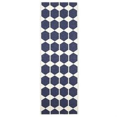 Anna plastic rug from Brita Sweden is the obvious choice for you with an eye for design and very good quality. Anna is a reversible soft plastic rug made in Sweden according to old Swedish weaving traditions. The rug with its graphic and classy pattern creates a scandinavian and trendy feeling in your home.