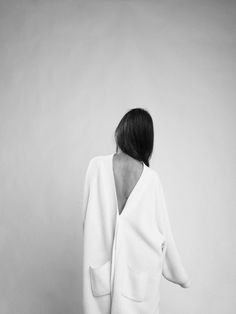 White low back minimalist robe coat wool jacket Minimalist Fashion Women, Minimal Fashion, White Fashion, Modern Fashion, Fast Fashion, Womens Fashion For Work, Fashion Over, Women's Fashion, Minimal Chic