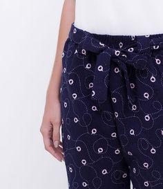 Calça de pijama  Estampada com corações  Com amarração  Marca: Lov  Tecido: flanela  Composição: 100% algodão       Medidas da modelo:     Altura: 1,72  Busto: 81  Cintura: 59  Quadril: 87       COLEÇÃO VERÃO 2018     Veja outras opções de    pijamas femininos.
