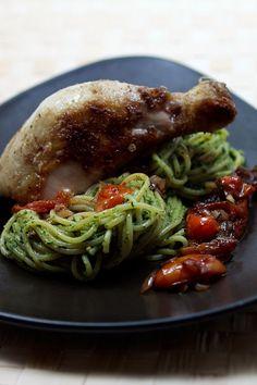 Spaghetti mit Thai-Basilikum-Pesto und Tomaten-Kompott