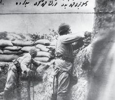 Çanakkale siperlerinde düşmana ateş eden Mehmetçikler