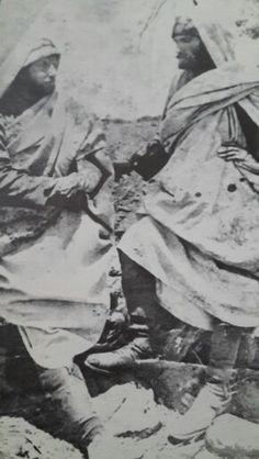 Afrika da iki Türk Subayı sağda Derne Kumandandanı Mustafa Kemal ,solda Şark Kolu Kumandanı Ali Fuat