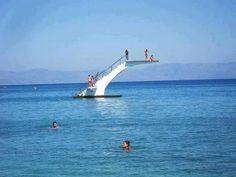 Plataforma de salto para bañistas, playa de Elli, Rodos, Grecia