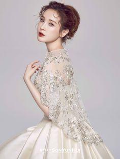 클래식한 미카도 실크 소재의 풍성한 벨라인 드레스로 섬세하게 비딩 된 볼가운을 매치해 페미닌한 웨딩 신을 연출한다. Mikado silk bell line dress. Bodice with tube top matched with feminine illusion cape with embroidery bidding.