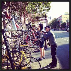 Sep. 2013.  内装はいろんな雑誌でよく見かけるけど、店の外にあるバイクラックはあんまり載ってない。 ここもサイトグラスもホントにバイクフレンドリー。地元の奴ら曰く、あのラックに止められたらラッキーだぜ、らしい。サンフランシスコでコーヒーショップ巡りしたいなら、Hayes Valleyでレンタ・サイクル借りるとこから始めると効率良いよ。 #coffee #shop #us #sanfrancisco