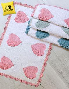 Romantico tappeto bagno shabby chic realizzato in varie colorazioni.