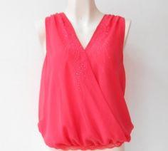 Una #blusa coral corte V para lucir muy a la #moda