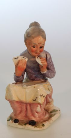 (NL) Kaartende oma, van aardewerken keramiek. Handbeschilderd. Circa 12 cm hoog.