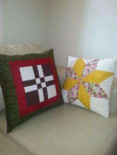 Que belo trabalho em patchwork. Foi a minha esposa que fez Patchwork Tutorial, Fez, Throw Pillows, Patchwork Cushion, Dashboards, Lace, Craft, Vestidos, Pillows