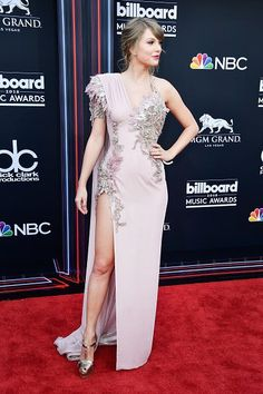Atelier Versace at the Billboard Music Awards in 2018 - Style Crush: Taylor Swift's Red Carpet Glamour - Livingly Taylor Swift Style, Taylor Alison Swift, Singer Fashion, Women's Fashion, Red Taylor, Live Taylor, Taylor Dress, Princess Ball Gowns, Glamour Photo