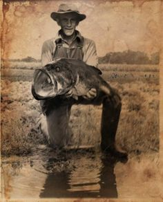 On June George W. Perry caught this largemouth bass that weighed 22 pounds, 4 ounces. He's a world record holder for 81 years and counting. Fishing Photos, Bass Fishing Tips, Gone Fishing, Trout Fishing, Kayak Fishing, Fishing Tackle, Bass Fishing Pictures, Fishing Tricks, Fishing Techniques