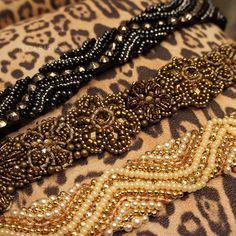 Nem precisamos dizer que os nossos novos cintos bordados estão in-crí-veis! Corre em nosso showroom ...