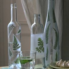 des bouteilles en verre d cor es de foug res vert. Black Bedroom Furniture Sets. Home Design Ideas