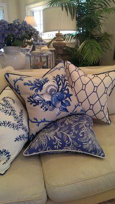 Blue, white pillows, blue home decor и blue, white living room. Blue Home Decor, White Decor, Home Decor Bedroom, Living Room Decor, Living Rooms, Coastal Living, Coastal Decor, Blue And White Fabric, White Pillows