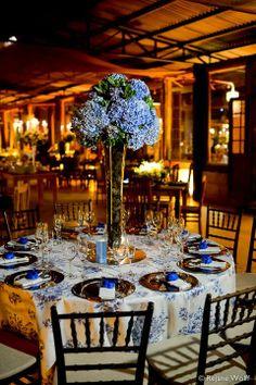 Decoração de casamento em azul com hortênsias.