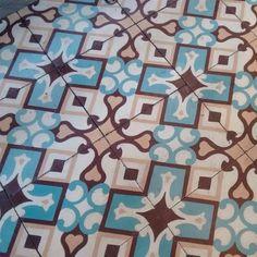Hermosos colores  deliciosa comida. #tiles #tileaddiction #baldosas #baldosahidrahulica #ilovethisfloor #floor #chaoqueeupiso #cazabaldosas #teselacion #geometria #geometry #patternfloor #pattern by conceptaciro