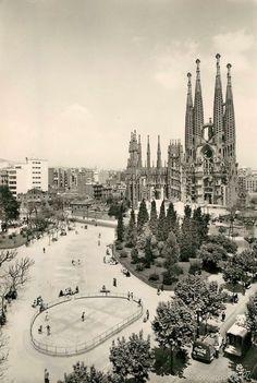 Barcelona, Plaça Sagrada Família 1960 amb la pista de patinaje.