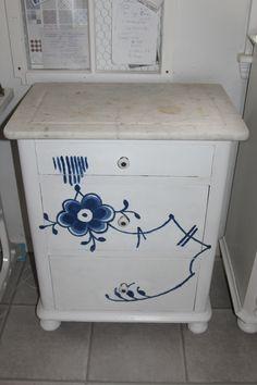Lille kommode - antik - i fyrretræ og marmorplade, fjernet afskallet oliemaling med varmepistol, pudset med rystepudser, malet med spærregrunder og Pure hvide x 2 og mønstre malet i 2 toner blandet med prøvebøtte i Napoleonic Blue - tonet med Pure. Normalt behøver man ikke fjerne gammel maling, før man maler med AS Chalk Paint, men jeg valgte at strippe malingen af med varmepistol, da skabets tilstand virkelig var ringe, men normalt er det gamle maling til at gøre chalk paint mere levende.