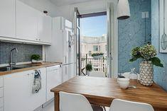 Glasade pardörrar öppnar upp från köket