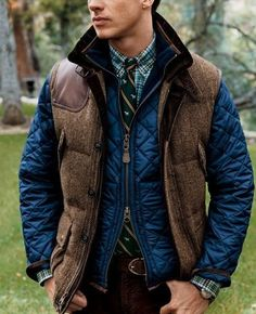 Wear a navy quilted bomber jacket and burgundy chinos to achieve an interesting and modern-looking casual outfit. Sharp Dressed Man, Well Dressed Men, Fashion Moda, Mens Fashion, Fashion News, Style Fashion, Fashion Updates, Rugged Fashion, Fashion Check