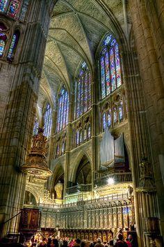 Interior de la Catedral de León. Los paramentos se hacen transparentes y la luz coloreada que se filtra por las vidrieras se hace invade el espacio transformándolo, aligerándolo y acentuando las sensaciones de elevación e ingravidez.